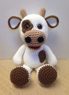 Whoever is inside the world of DIY knows that one of the main trends of the moment is the amigurumi. Very famous worldwide, the amigurumi arrived in Crochet Bear Patterns, Crochet Cow, Crochet Teddy, Cute Crochet, Amigurumi Patterns, Baby Knitting Patterns, Crochet Animals, Crochet Crafts, Crochet Dolls
