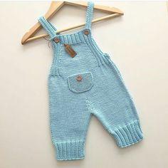 Eerste keer dat ik dit model brei, maar kleur is mijn kleur . Baby Pants Pattern, Crochet Baby Pants, Baby Boy Knitting Patterns, Baby Sweater Knitting Pattern, Knit Baby Dress, Knitted Baby Clothes, Knitting For Kids, Baby Patterns, Baby Dungarees