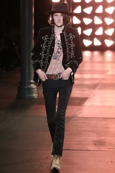 See all the Collection photos from Saint Laurent Spring/Summer 2015 Menswear now on British Vogue Look Fashion, Fashion Show, Autumn Fashion, Mens Fashion, Fashion Design, Fashion Studio, Fashion Tips, Vogue Paris, Mein Style