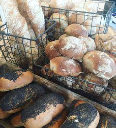 Välkomna till Sockermajas denna härliga torsdag! Vi har laddat upp med rågsur vetesurdegsfrallor och bröd mjuka vallmobröd dansken och valnötsbröd. #sockermajas #bakery #torslanda #göteborg #gottbröd #hembakat #surdegsbröd