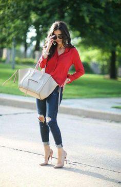 Jeans, blusa roja, bolsa gris, zapatillas nude