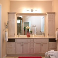 Salle de bain de style classique à double évier avec comptoir de quartz Bathroom Makeover, Bookcase Styling, Bathroom Mirror, Framed Bathroom Mirror, Bathroom Vanity, Entertainment Table, Bathroom, Mid Century Dresser, Table Place Settings