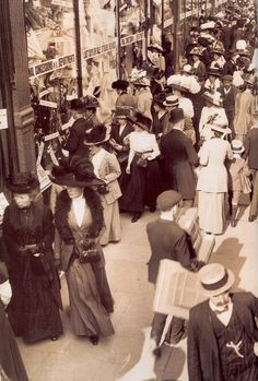Out shopping in London, 1908 (I love candid, unposed shots like this.)