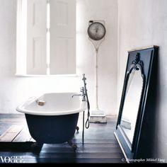 Love claw foot bath tubs White Bathroom, Bathroom Interior, Industrial Bathroom, Simple Bathroom, Men's Bathroom, Serene Bathroom, Industrial Scales, Minimal Bathroom, Chic Bathrooms