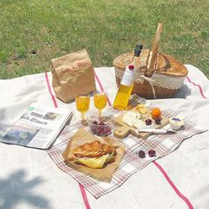 🌊andremedaa Picnic Date, Beach Picnic, Summer Picnic, Comida Picnic, Peach Scones, Picnic Essentials, Wicker Picnic Basket, Aesthetic Food, Cute Food