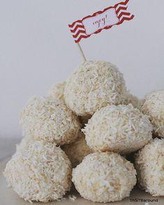TASTE around: Schneebälle - eine Schneeballschlacht der besonderen Art. #Kokosschneebälle #Schneebälle #food #backen #baking #Recipe #Rezept #süßes #sweets