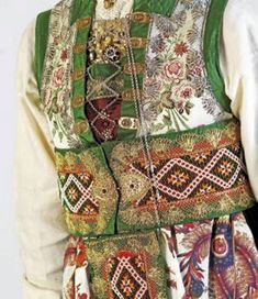 Bilderesultat for norske bunader fusa Folk Costume, Costumes, Scandinavian Embroidery, Folk Fashion, Traditional Dresses, Norway, Culture, Clothes For Women, Beading