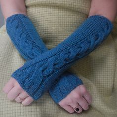 An incredibly simple and easy knit for warm cosy (cwtchy) cable armwarmers with an option for shorter length wrist warmers (and an optional thumb slit). This is an ideal first cable pattern which knits up quickly in approx 6 hrs.