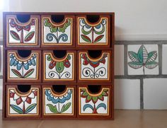 Proyecto terminado 💟 y este mueble de madera con cerámicas realizadas con técnica cuerda seca adheridas a los frentes de los cajoncitos Ponele onda a tus objetos🔺 renovalos🔺 decoralos Cerámicas hechas a tu medida