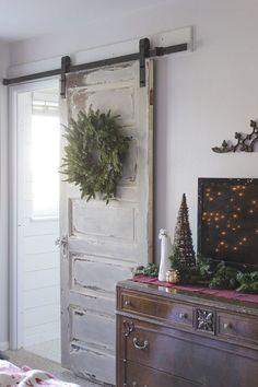 Pre niekoho odpad, pre niekoho poklad. Ako sa zo starých dverí stal nový nábytok - sikovnik.sk Barn Door Decor, Hanging Barn Doors, Old Barn Doors, Diy Sliding Barn Door, Rustic Doors, Diy Door, Rustic Barn, Barn Door Cabinet, Glass Cabinet Doors