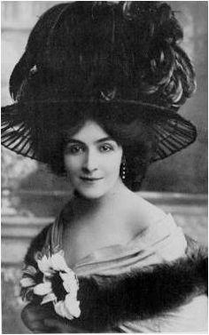 MODA HISTÓRIA: A Belle Époque - 1890 a 1914 Chápeus com flores sobre coques