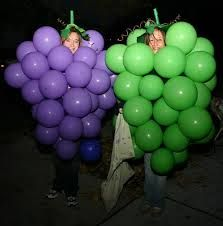 Check out the best last-minute Halloween costumes and ideas . All you basically need for this costume idea is balloons, as you can see. Diy Fruit Costume, Grapes Costume, Fruit Costumes, Halloween Fruit, Theme Halloween, Halloween Crafts, Friend Costumes, Funny Costumes, Girl Costumes