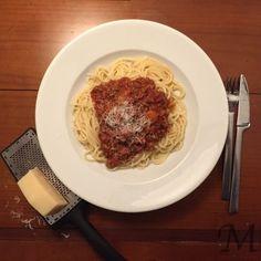 Spaghetti Bolognese kender vi alle og det er en favorit hos både voksne og børn, men kender du disse 3 fif til en god kødsauce?  For det første skal kødet brunes lidt ad gangen. Det giver mere smag af oksekødet. Så steg lidt ad gangen og tøm gryden, så kødet ikke blot koger. En god kødsauce bliver ofte bedre med lidt grøntsager (ud over tomaterne).   #bolognese #pasta #spaghetti