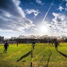 Fußball-Tennis bei strahlendem Sonnenschein #bolzplatzromantik #colourlove #hahohe