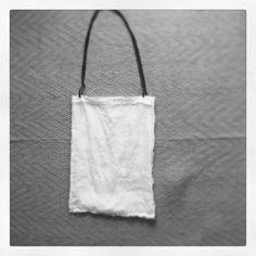 手縫いの鞄です。白いリネンと紺色の紐を合わせました。ひょろひょろなので、軽いものを入れるのに使っています。|ハンドメイド、手作り、手仕事品の通販・販売・購入ならCreema。