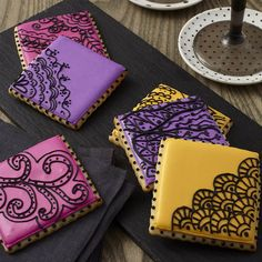 How to freehand designs on cookies with royal icing - how to make intricate designs on a cookie by hand - beautiful cookie decorating ideas - royal icing tutorial