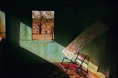 """Deze week breken we heerlijk uw week met een Belg. De fotograaf Harry Gruyaert welteverstaan. Al sinds 1981 lid van het prestigieuze @magnumphotos. Op zijn vele reizen, vooral door legt hij als de beste het zwart in schaduwen vast en kleuren zo warm en diep dat je je erin wilt omwentelen. Zoals hier op """"Mali. Town of Gao. Terrace of a local hotel."""" (1988) #harrygruyaert #magnum #mali #shadowplay"""