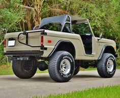 View This Ford Bronco Is a Beefed-Up Throwback to Old-School SUVs images from our This Ford Bronco Is a Beefed-Up Throwback to Old-School SUVs photo gallery. Ford Bronco Concept, Old Ford Bronco, Early Bronco, Classic Bronco, Classic Ford Broncos, Classic Trucks, Automobile, Roadster, Chevrolet Trucks