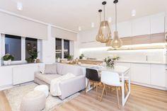 Světlé barvy a vybourání příčky pomohly k výraznému zvětšení prostoru kuchyně spojené s obývacím pokojem, který slouží i jako ložnice pro maminku Janu.