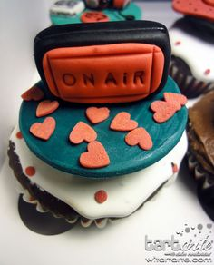 Love is on the air! Cupcake by www.tartarte.com
