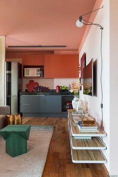 Decoração de apartamento pequeno, mini apê, com cores quentes, cores fortes e layout inusitado. Livros, flores e adornos. Na parede quadros e obras de arte. Na cozinha cores.    #decoracao #decor #details #casadevalentina