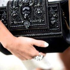 que tu alma rockera merece tener black Alexander McQueen clutch - love the skull!black Alexander McQueen clutch - love the skull! Alexander Mcqueen Clutch, Fendi, Gucci, Givenchy, Valentino, Fashion Bags, Fashion Accessories, Womens Fashion, Fashion Handbags