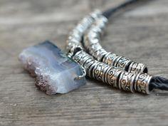 Collier agate naturelle, Collier-pendentif agate et cordon cuir : Collier par dana-bijoux