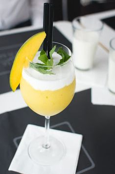 For this frozen mango bellini recipe, all you need are mangoes, ice cubes, champagne or sparkling wine, and a blender. Mango Desserts, Mango Drinks, Summer Drinks, Mango Pudding, Mango Yoghurt, Bellini Recipe, Bellini Bar, Mango Cream, Restaurant Recipes