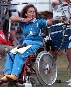 5. Paola Fantato - A italiana Paola Fantato foi acometida pela poliomielite quando tinha 8 anos, e passou a se locomover de cadeira de rodas desde então. Ela participou do arco e flecha em cinco Paralimpíadas, de 1988 a 2004, sendo que em Atlanta, 96, participou também dos Jogos Olimpícos – foi a primeira pessoa a disputar as duas competições no mesmo ano. Nas Paralimpíadas, levou cinco ouros, uma prata e dois bronzes. > paola-fantato