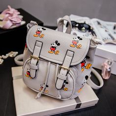 I love this Mickey Mouse bag. And it's a good size for a day at Disneyland. Disney Handbags, Disney Purse, Purses And Handbags, Disneyland Outfits, Disney Outfits, Disney Fashion, Cute Disney, Disney Style, Disney Mickey
