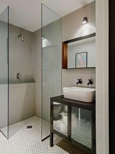Frameless Shower Doors: These Are the Pros and Cons Small Bathroom Layout, Small Bathroom With Shower, Modern Bathroom Design, Bathroom Interior Design, Bathroom Designs, Glass Corner Shower, Corner Showers, Dyi Bathroom, Master Bathroom
