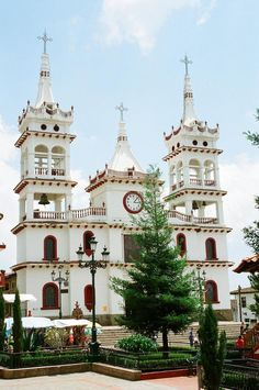 church in Mazamitla, Jalisco, Mexico - to purchase folk art churches of clay, visit www. Architecture Baroque, Religious Architecture, Beautiful Architecture, Beautiful Buildings, Beautiful Places, Central America, North America, Cathedral Church, Church Building
