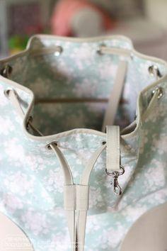 А  вот и новые летние сумки, мне давно нужны были. Обе — вариации на тему бакет бэга ( bucket bag ). Не знаю, как они правильно по-русски ...