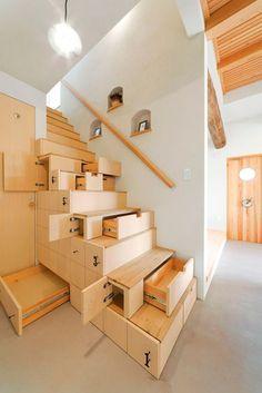 Armarios y cajones escondidos en la escalera