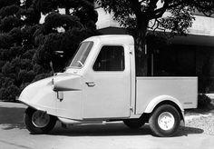 ダイハツ・ミゼットは、日本のクルマの原点ともいえる。「midget=超小型のもの」という車名の通り、2540mmの全長に1200mmの全幅というコンパクトな車体だ。249ccの空冷単気筒エンジンを積
