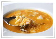Sopa de pescado 1 cabeza de merluza 4 zanahorias 1 puerro 1 tomate 1 diente de ajo 250 gr de Gambas 250 gr de Almejas 4 rodajas de merluza Fideos cabello de ángel.