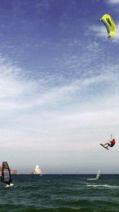 El turisme nàutic a la Costa Brava. La Costa Brava té més de 200 quilòmetres de costa, amb 17 marines i ports esportius, més de 30 centres de submarinisme, escoles de vela, caiac i surf de vela, parcs naturals i una reserva marina única, que formen un escenari ideal per desenvolupar-hi totes les modalitats del turisme nàutic. TopGirona nº 35