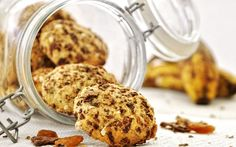 A thick, soft on the inside, crunchy on the outside cookie with banana, coconut and raisins. (in Greek with translator) Banana Coconut, Raisin Cookies, Biscotti, Crackers, Muffin, Gluten, Breakfast, Sweet, Desserts