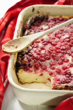 Clafoutis with Apples and Raspberries Recipe. How to prepare Clafoutis with Apples and Raspberries. Heat the oven to °C). Smear a No Cook Desserts, Dessert Recipes, Raspberry Recipes, Seasonal Food, Sweet Bread, Baked Goods, Sweet Recipes, Sweet Tooth, Food Porn