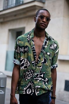 The arrival of the sun means it's time to pull out the printed shirts Man Street Style, Men Street, Men Sunglasses Fashion, Afro Men, Photography Poses For Men, Best Mens Fashion, Summer Shirts, Black Men, Street Fashion