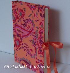 Encuadernación artesanal en papel hecho a mano, cierre con cintas de raso. Tamaño 15x10