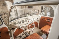 vintage leather & cream with a painted dash works a treat :-) Vw T1 Camper, Vw Bus T2, Volkswagen Bus, Volkswagen Beetles, Interior Kombi, Kombi Clipper, Vw Camping, Kombi Home, Vw Classic