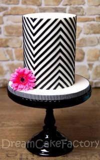 Wil jij deze taart ook maken? Komende dinsdag 21 januari 2014 kun je dit doen bij SweetyCakeShop in Hengelo. Mail naar info@sweetycake.nl voor meer info. Double barrel Chevron cake van Dream Cake Factory.