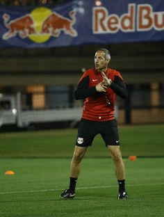 Cheftrainer Adi Hütter gibt Anweisungen.