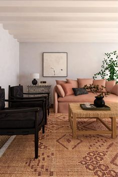 Curved furniture is trending as the design world swaps out boxy shapes for pieces with a more sculptural quality. Here are 21 ways to try on this trend. Furniture Making, Modern Furniture, Furniture Design, Glam Living Room, Living Rooms, 80s Design, Design Ideas, Apartment Sofa, Curved Sofa