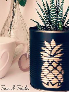 Truc & Tricks: DIY : un cache-pot tropical! Truc & Tricks: DIY : un cache-pot tropical! Aluminum Can Crafts, Tin Can Crafts, Jar Crafts, Bottle Crafts, Home Crafts, Diy And Crafts, House Plants Decor, Plant Decor, Tin Can Art