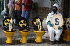 2008 - Protesto contra energia nuclear    Ativistas protestam em frente à sede da Eletrobrás, no Rio de Janeiro (RJ) contra os investimento na usina Angra 3. O uso de privadas foi a maneira simbólica de mostrar que a energia nuclear é um desperdício desnecessário de dinheiro. (©Greenpeace/Gilvan Barreto)