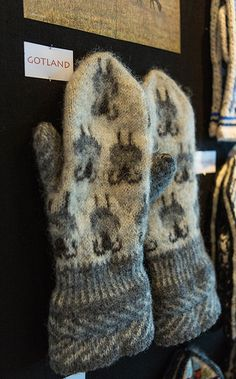 Mitten from Gotland Island, Sweden. Love the corrugated ribbing that snugs up the wide gauntlet-style cuff opening. Knitted Mittens Pattern, Knit Mittens, Knitted Gloves, Knitting Socks, Hand Knitting, Knitting Designs, Knitting Patterns, Knit Stranded, Fingerless Mittens
