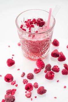 Smoothie ilman jogurttia // Uino Fruit Shakes, Juice Diet, Healthy Fruits, Juices, Smoothies, Raspberry, Desserts, Food, Smoothie