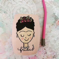 Empezamos el año con inspiración 💪 Traigo una linea de Fridas, como siempre pintado con amor ♥️, hay diseñitos para todos los gustos🎉🎉🎉 🛒Entra a mi tienda en facebook y chusmea mas diseños, cada pieza es unica 🎨 (Link en la  Bio) Aceptamos tarjetas 💳  #hechoamano #mardelplataarg #matespintadosconamor #fridakalho#fridakalho Cartoon Drawings, Decoupage, Elsa, Reusable Tote Bags, Snoopy, Pattern, Instagram, Facebook, Calla Lilies